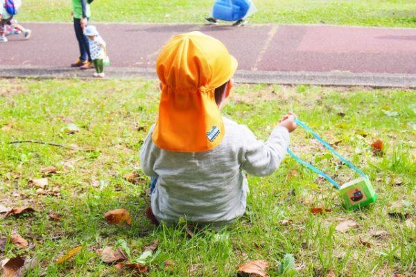 芝生に子どもが座っている写真