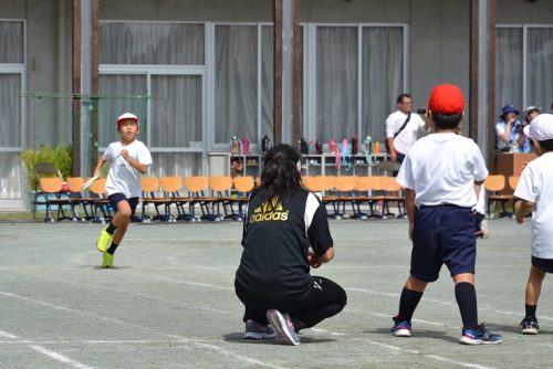 学校の運動会リレーの一場面